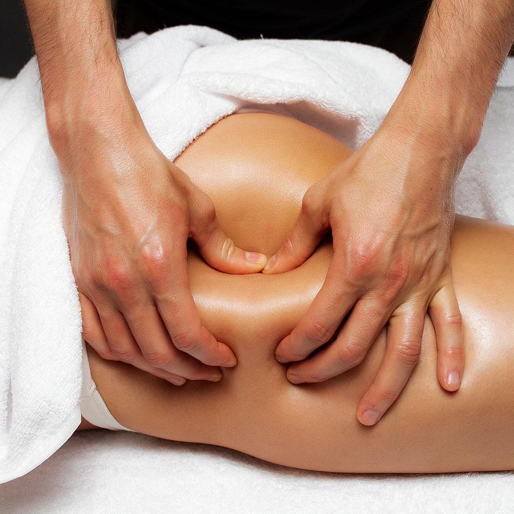 Massage anti-cellulite sur la fesse d'une femme par Libra Therapy