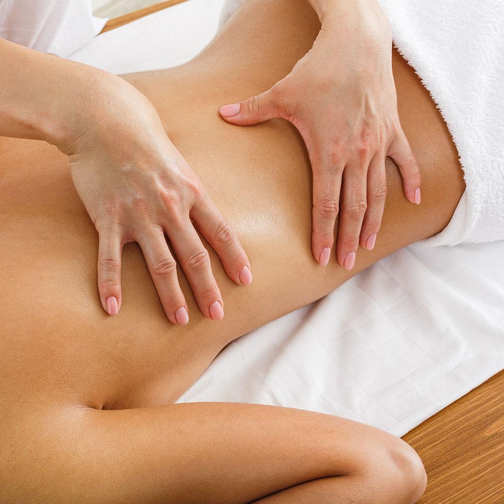 Massage classique sur le dos d'une femme par Libra Therapy