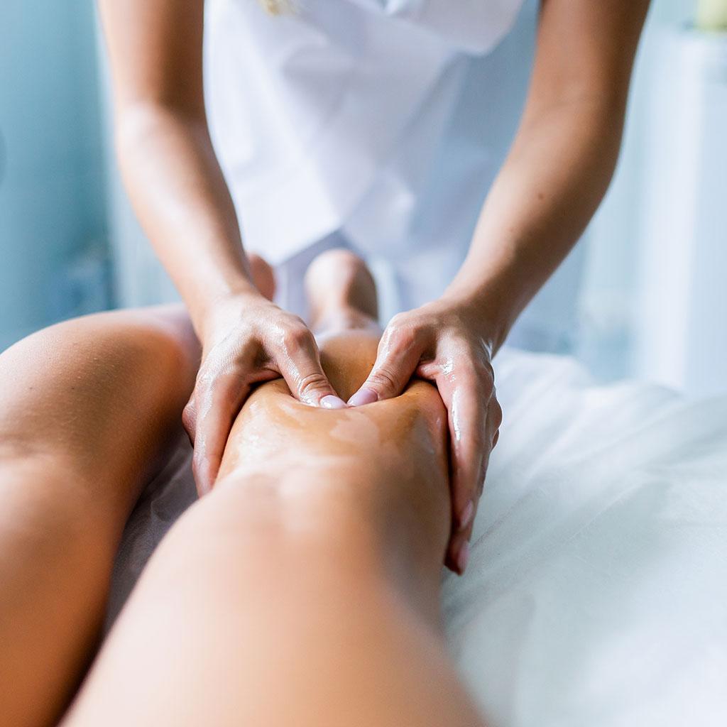 Massage sportif sur mollet par Libra Therapy