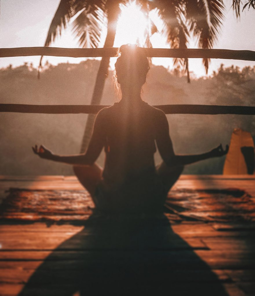 Femme de dos en train de méditer